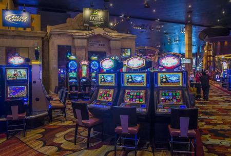 LAS VEGAS - 14 de junio: El interior de New York-New York Hotel & Casino en Las Vegas el 14 de junio de 2016. Este hotel simula el verdadero calle de Nueva York y fue inaugurado en 1997.