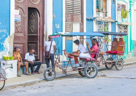 rikscha: Havanna, Kuba - 18. Juli: Eine kubanische Rikscha-Fahrer in alten Straße Havana am 18. Juli 2016. Rikscha sind eine beliebte Art des Transportes in Kuba Editorial
