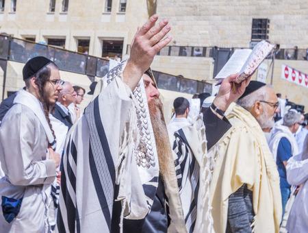 예루살렘 -4 월 13 일 : 정교회 유대인 남자기도에서 서쪽 벽 유월절 동안 4 월 13 일 2017, 서양 벽 예루살렘의 올드 시티에있는 중요 한 유태인 종교 사이