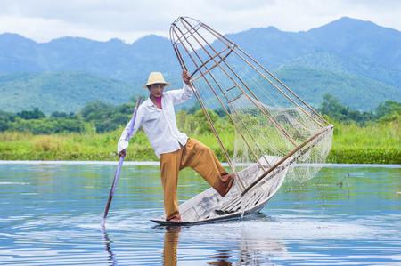 INLE LAKE, MYANMAR - SEP 07: Birmese visser bij Inle-meer Myanmar op 07 September 2017, inle Lake is een zoetwatermeer in Shan-staat wordt gevestigd die