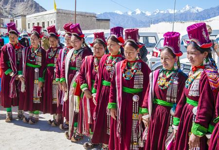 LEH, 인도 -2007 년 9 월 20 일 : 2017 년 9 월 20 일 레 India에서 Ladakh 축제에 참가하는 미확인 된 Ladakhi 사람들