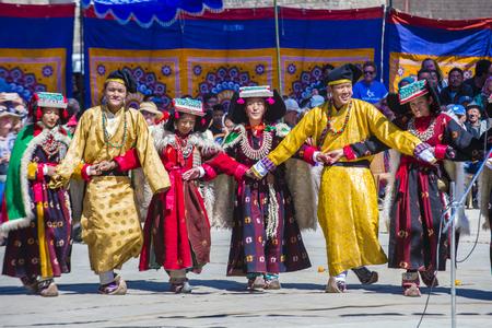 LEH, INDIA - SEPTEMBER 20, 2017: De niet geïdentificeerde Ladakhi-mensen met traditionele kostuums nemen aan het Ladakh-Festival in Leh India op 20 September, 2017 deel