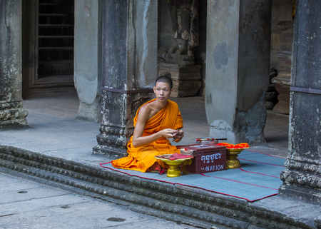 SIEM REAP , CAMBODIA - OCT 17 : Budhist monk at the Angkor Wat Temple in Siem Reap Cambodia on October 17 2017 , The Angkor Wat is an UNESCO World Herutage site since 1992 Редакционное