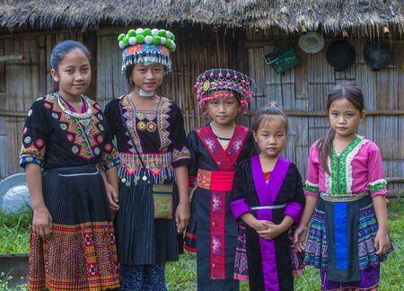 BAM NA OUAN, LAOS - AUG 13: Meisjes uit de Hmong-minderheid in Bam Na Ouan dorp Laos op 13 augustus 2018. De Hmong-minderheid is een van de 49 etnische groepen van Laos Redactioneel