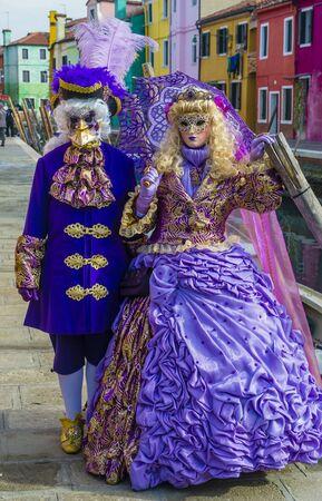 VENECIA, ITALIA - 26 DE FEBRERO: Participantes en el Carnaval de Venecia en Venecia, Italia el 26 de febrero de 2019. El Carnaval de Venecia es mundialmente famoso por sus elaboradas máscaras