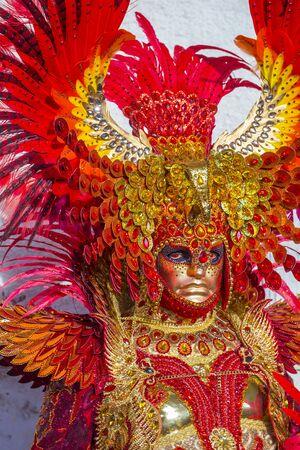VENECIA, ITALIA - 26 DE FEBRERO: Participante en el Carnaval de Venecia en Venecia, Italia el 26 de febrero de 2019. El Carnaval de Venecia es mundialmente famoso por sus elaboradas máscaras