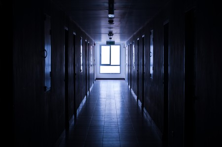 Licht durch Fenster am Korridor.