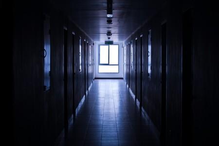 oscuro: Luz a trav�s de la ventana en el corredor.  Foto de archivo