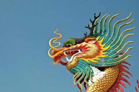 dragon chinois: Coup de t�te de statue de dragon color� avec un ciel bleu au parc public, Tha�lande.