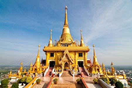 pagoda: Bella pagoda dorada con cielo azul, Tailandia.