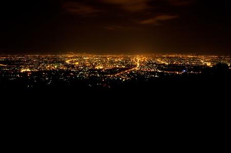 Madártávlatból fenti Chiengmai város éjszaka, Thaiföld.