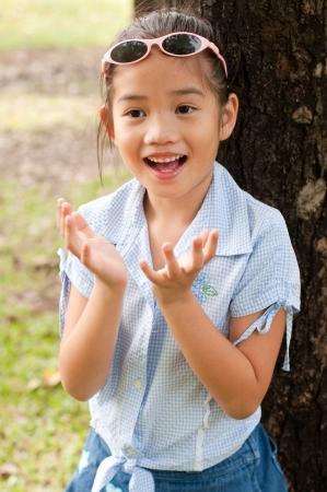 Portré szép kis ázsiai lány a parkban, Thaiföld.