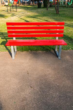 public park: Banco rojo en el parque p�blico, Tailandia