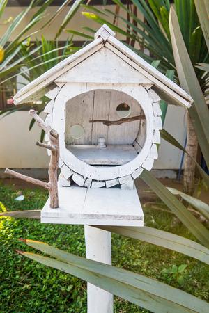 maison oiseau: Blanc maison d'oiseaux dans le jardin, Tha�lande