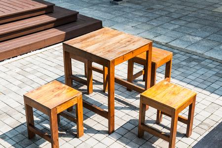 bloque de hormigon: Tabla de madera situado en concreto del bloque Yard, Tailandia.