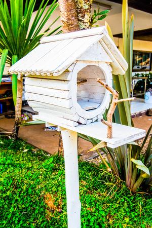 maison oiseau: Blanc maison d'oiseaux dans le jardin, la Tha�lande
