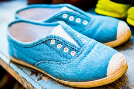 pied fille: Tissu chaussures sur �tag�re � chaussures, Tha�lande. Banque d'images