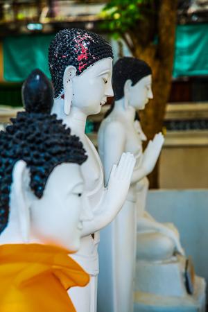 Bílá socha mnicha v provincii Nakhonsawan, Thajsko.