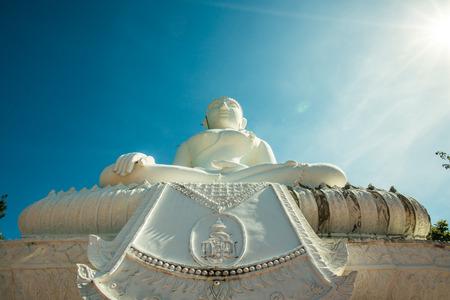 estatua de Buda blanco en construcción en Phra que templo Maeyen, Tailandia.