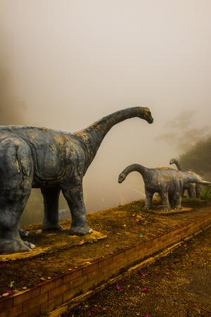fibra de vidrio: Modelo de Chiang Muang dinosaurio con niebla en la provincia de Phayao, Tailandia.