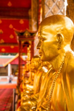 monasteri: Kruba Srivichai statue at Phrathat Hariphunchai temple, Thailand.