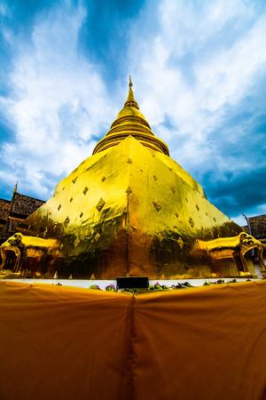 Golden pagoda in Phra Singh temple, Thailand. 免版税图像