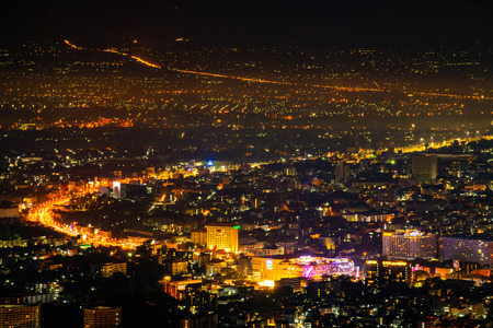 Ville de Chiangmai avec feux d'artifice dans la nuit, Thaïlande.