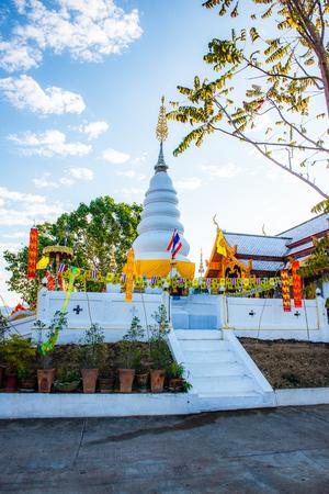White pagoda in Phrathat Doi Leng temple, Thailand. Imagens