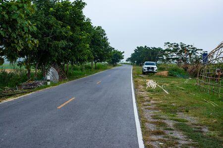 Road beside Kwan Phayao lake, Phayao province. Imagens