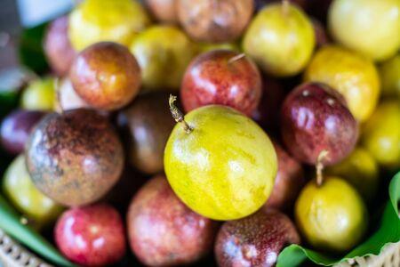 Gruppo di frutto della passione fresco, Thailandia.