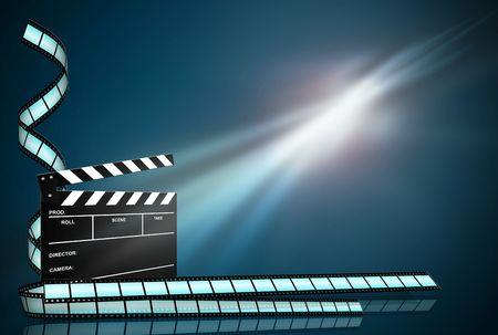 Clap board en drie film stroken op abstracte donkere achtergrond Stockfoto