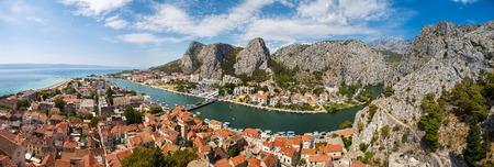 クロアチアの川ツェティナと Omis の町のパノラマ
