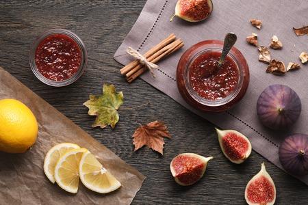 Vijgen jam en de ingrediënten: fig stukken, plakjes citroen, walnoten en kaneel. Stockfoto