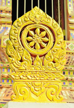 puntos cardinales: Los mojones de piedra en los ocho puntos cardinales alrededor de un bot de Temple llamados