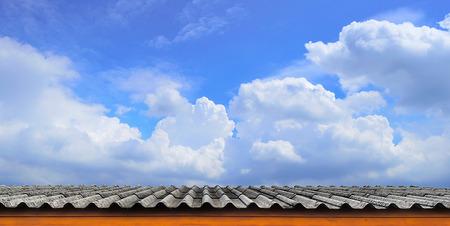 rooftile: La tegola e cielo blu nuvoloso