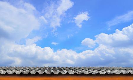rooftile: Il tetto-Tile e cielo blu nuvoloso