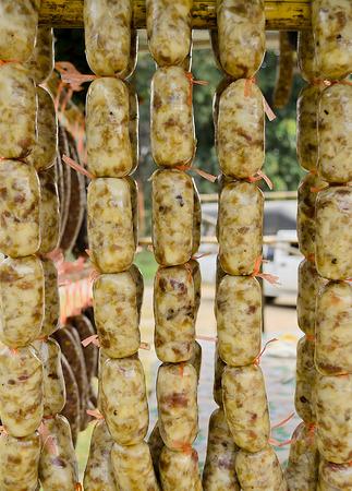 conservacion alimentos: El local de la salchicha conservaci�n de alimentos en el norte al este de Tailandia.