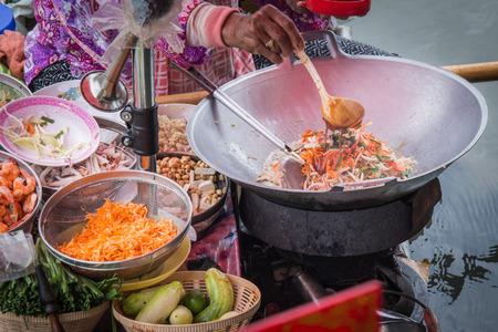 alimentos y bebidas: Coj�n de cocina tailandesa en el barco en el mercado flotante Amphawa Foto de archivo