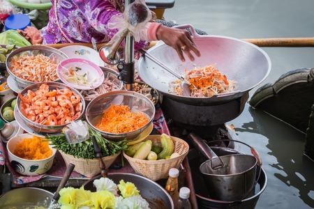 cooking: Coj�n de cocina tailandesa en el barco en el mercado flotante Amphawa Foto de archivo