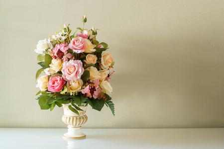 ramo de flores: Ramo de flores en el florero en el fondo marrón