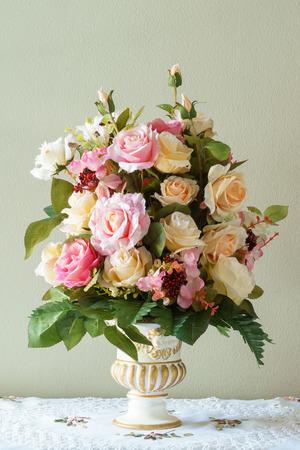 patrones de flores: Ramo de flores en el florero en el fondo marr�n