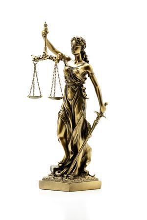 justicia: Estatua de la justicia sobre el fondo blanco