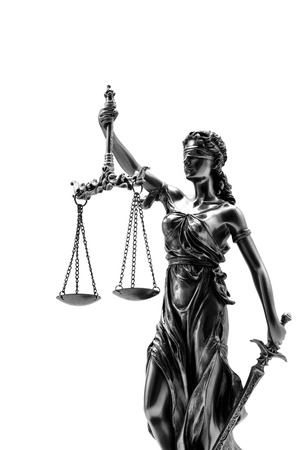 balanza de la justicia: Estatua de la justicia sobre el fondo blanco