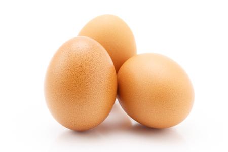 huevo: Tres huevos aislados sobre fondo blanco, la naturaleza muerta
