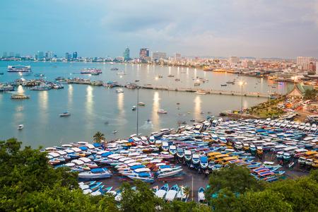 motorizado: Pattaya, Tailandia - 4 de octubre de 2014: Pattaya, uno de los destinos turísticos más famosos de Tailandia. Forma el punto de vista de la ciudad, pueden ver muchos barcos y edificios turísticos junto a la playa. Editorial