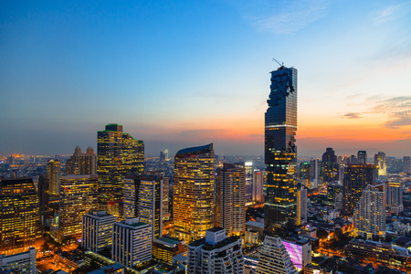 Bangkok cityscape, view from high building on Srinakarin and Silom road in the evening Banque d'images