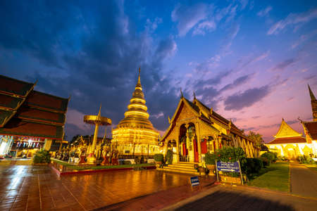 LAMPHUN, THAILAND - February 22, 2020 : View of Phrathat Hariphunchai Temple in Lamphun Province Éditoriale