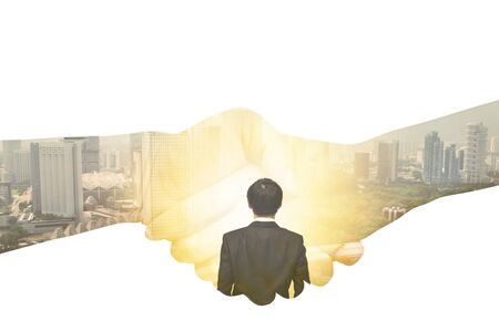 La poignée de main avec le fond de double exposition de paysage urbain est un accord commercial entre deux sociétés d'acheteur et de vendeur pour coopérer au développement de produits pour la croissance à l'avenir