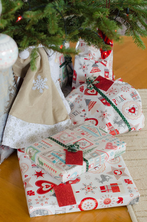 tree vertical: Wrapped gifts under the Christmas tree, vertical Stock Photo