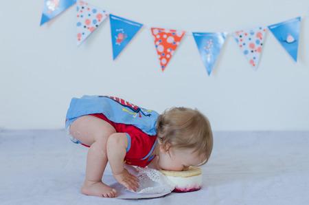 ケーキを食べる 1 歳の赤ちゃん